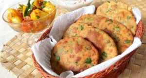 This weekend have some yummy and crispy Hare Muttar Ki Puri!